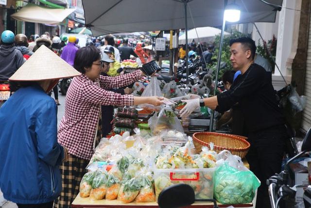Người Hà Nội chen chân trong phiên chợ cuối cùng của năm - Ảnh 8.