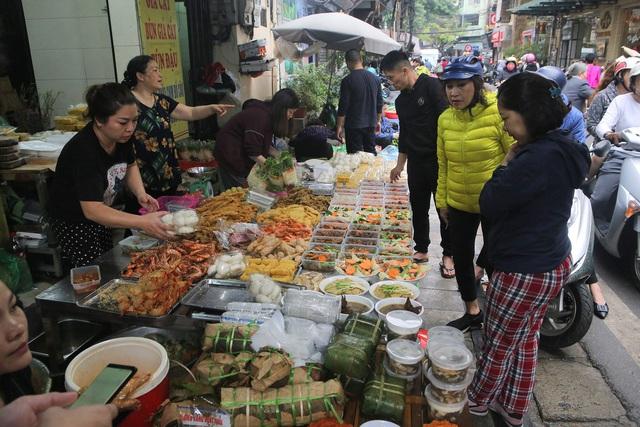 Người Hà Nội chen chân trong phiên chợ cuối cùng của năm - Ảnh 9.