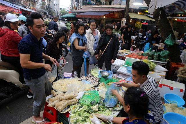 Người Hà Nội chen chân trong phiên chợ cuối cùng của năm - Ảnh 10.