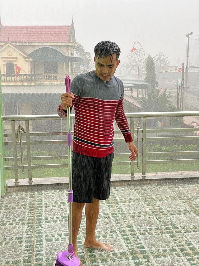 Tết đầu năm mưa gió bão bùng, dân tình dở khóc dở cười khoe ảnh du xuân đáng nhớ nhất trong lịch sử - Ảnh 2.