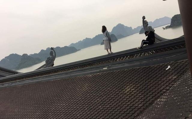 Hình ảnh xấu xí đầu năm: Nam thanh nữ tú trèo lên cây bưởi, mái chùa tạo dáng gây phẫn nộ - Ảnh 2.