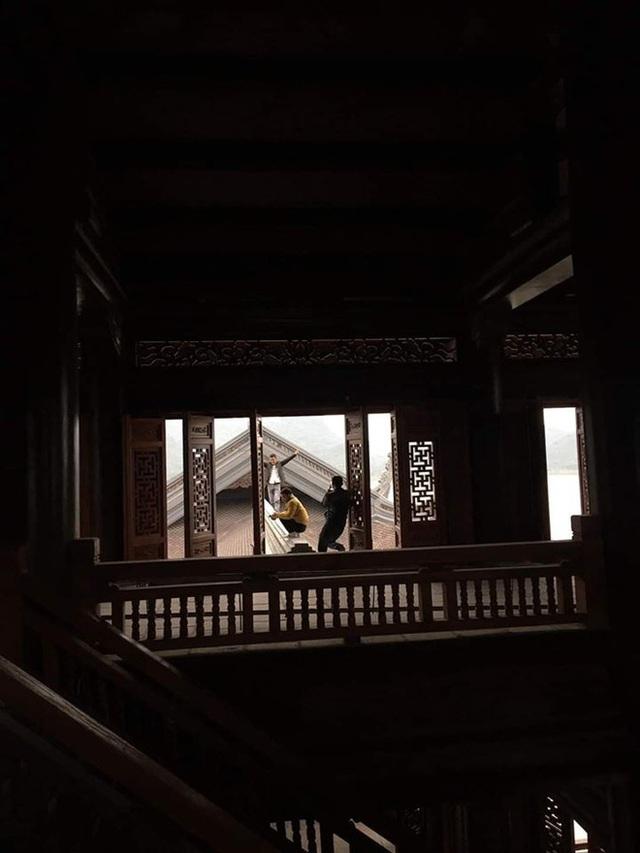 Hình ảnh xấu xí đầu năm: Nam thanh nữ tú trèo lên cây bưởi, mái chùa tạo dáng gây phẫn nộ - Ảnh 3.