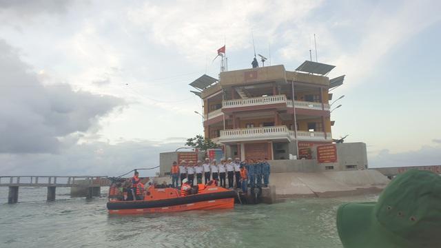 Vượt trùng khơi mang Tết đến với quân dân ở huyện đảo Trường Sa - Ảnh 16.