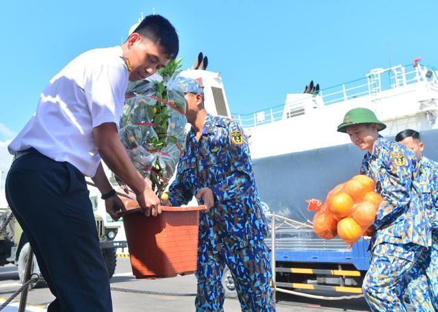 Vượt trùng khơi mang Tết đến với quân dân ở huyện đảo Trường Sa - Ảnh 3.