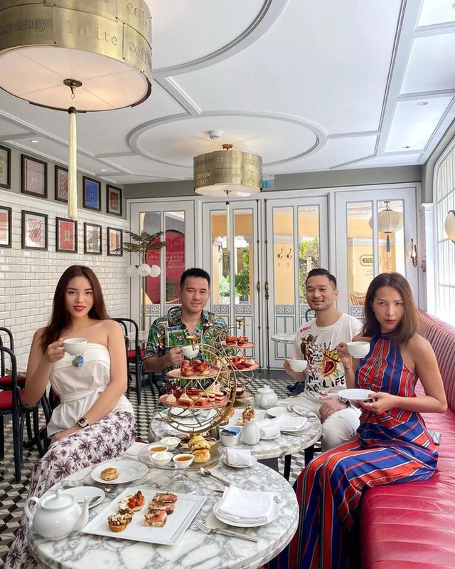 Cùng là đi cafe: Sao Hàn nhẹ nhàng giản dị, sao Việt lại lồng lộn như trẩy hội - Ảnh 1.