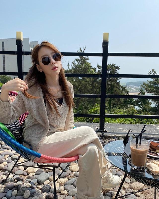 Cùng là đi cafe: Sao Hàn nhẹ nhàng giản dị, sao Việt lại lồng lộn như trẩy hội - Ảnh 12.