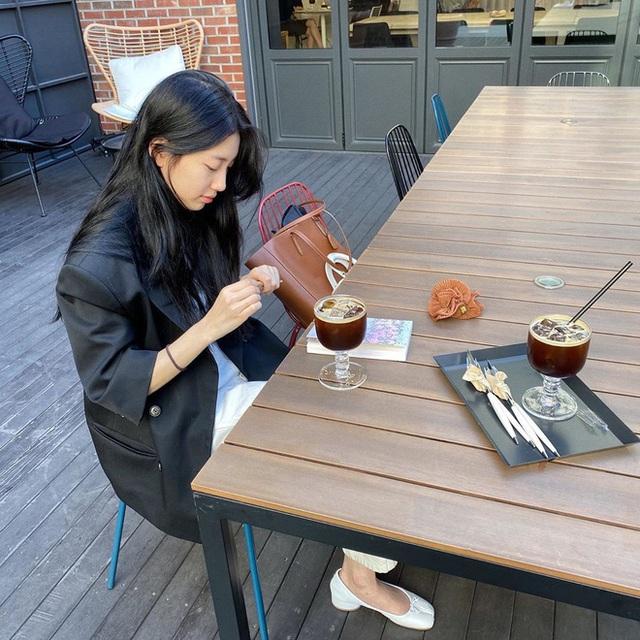 Cùng là đi cafe: Sao Hàn nhẹ nhàng giản dị, sao Việt lại lồng lộn như trẩy hội - Ảnh 14.
