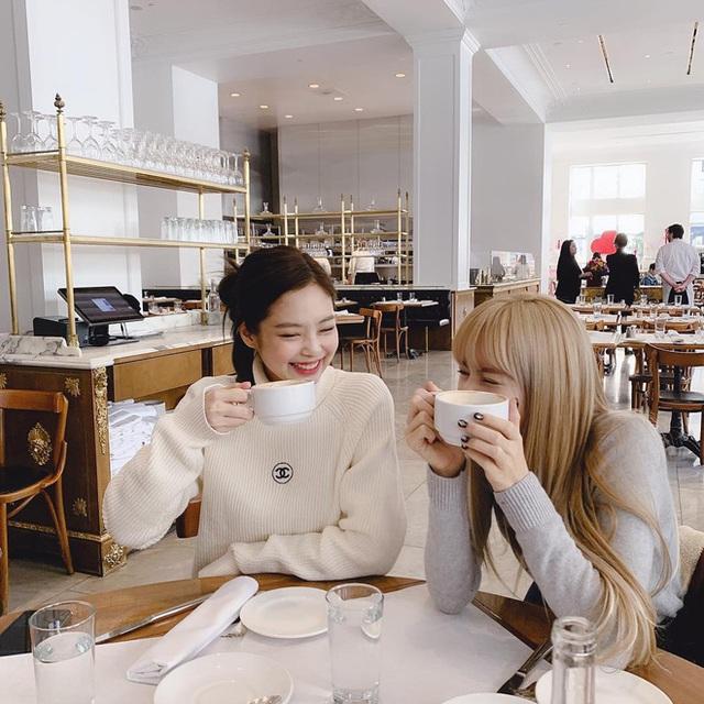 Cùng là đi cafe: Sao Hàn nhẹ nhàng giản dị, sao Việt lại lồng lộn như trẩy hội - Ảnh 10.