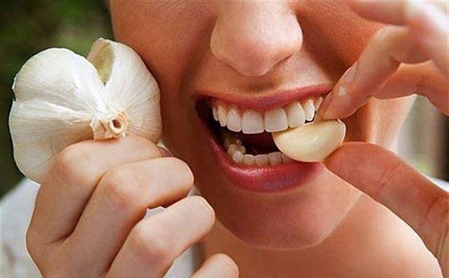 7 cách ăn tỏi sai lầm nhiều người mắc khiến tỏi từ thần dược trở thành thuốc độc - Ảnh 4.