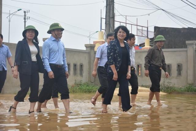 Phó Chủ tịch nước thăm, tặng quà gia đình chính sách và người dân vùng lũ Quảng Bình - Ảnh 1.