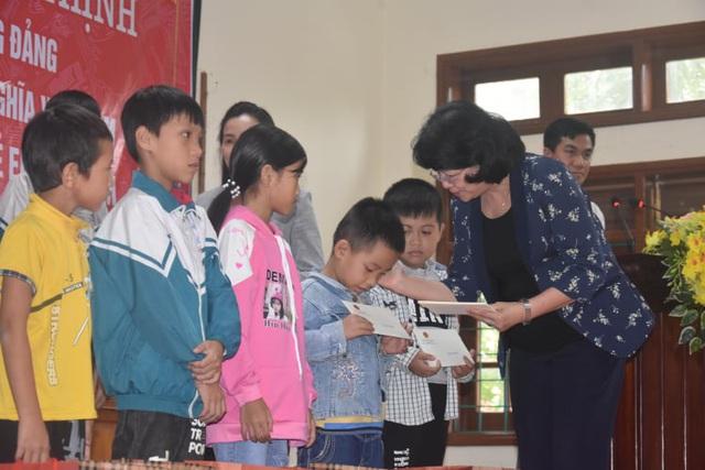 Phó Chủ tịch nước thăm, tặng quà gia đình chính sách và người dân vùng lũ Quảng Bình - Ảnh 2.