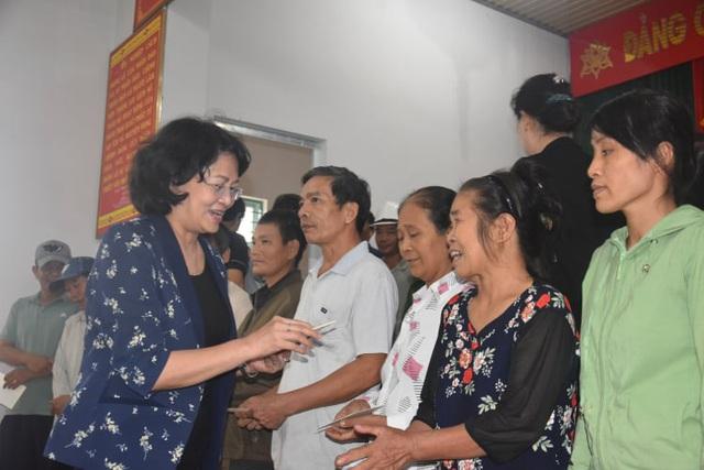 Phó Chủ tịch nước thăm, tặng quà gia đình chính sách và người dân vùng lũ Quảng Bình - Ảnh 3.