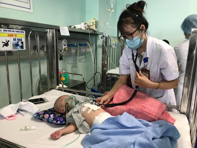 Trời chuyển mùa, bệnh viện phải kê thêm cũi di động vì trẻ mắc bệnh hô hấp nặng tăng nhanh - Ảnh 1.