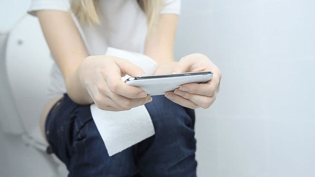 Nếu biết tác hại khủng khiếp này, chắc chắn không còn ai dám sử dụng điện thoại trong nhà vệ sinh - Ảnh 3.