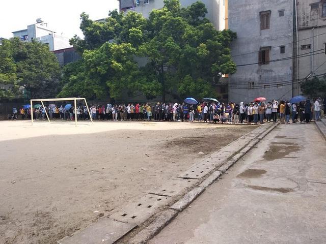 Choáng với cảnh sinh viên 1 trường đại học ở Hà Nội đứng dài cả km từ 6h sáng - Ảnh 1.