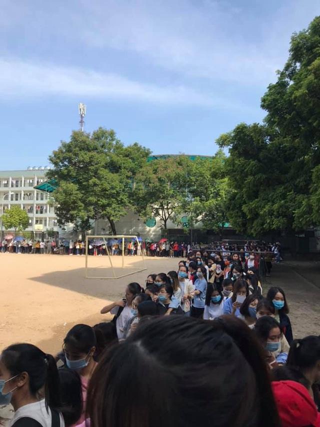 Choáng với cảnh sinh viên 1 trường đại học ở Hà Nội đứng dài cả km từ 6h sáng - Ảnh 2.