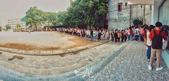 Choáng với cảnh sinh viên 1 trường đại học ở Hà Nội đứng dài cả km từ 6h sáng - Ảnh 5.