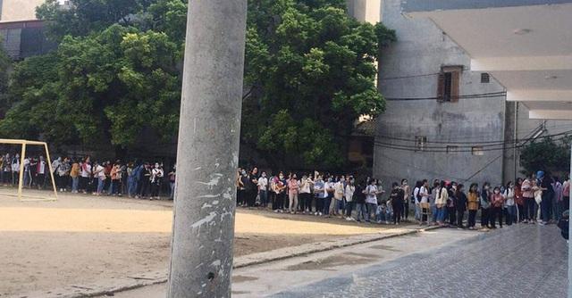 Choáng với cảnh sinh viên 1 trường đại học ở Hà Nội đứng dài cả km từ 6h sáng - Ảnh 6.
