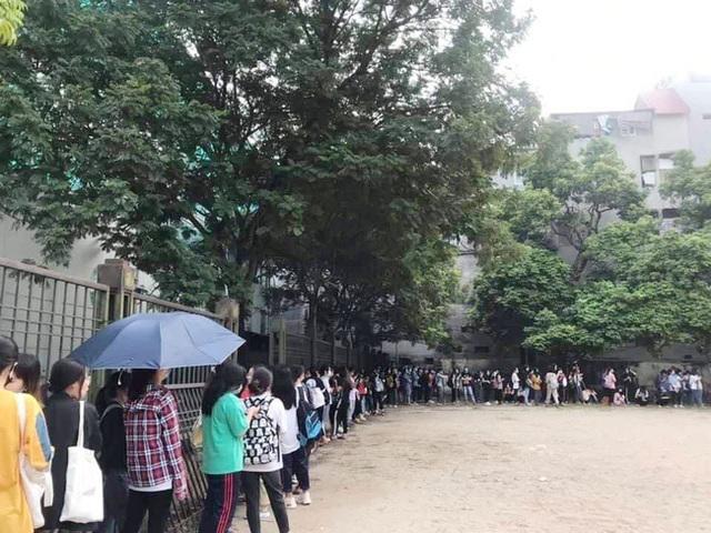 Choáng với cảnh sinh viên 1 trường đại học ở Hà Nội đứng dài cả km từ 6h sáng - Ảnh 7.