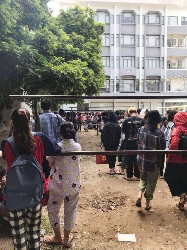 Choáng với cảnh sinh viên 1 trường đại học ở Hà Nội đứng dài cả km từ 6h sáng - Ảnh 9.