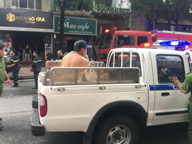 Cháy khách sạn ở trung tâm Sài Gòn, nhiều người hoảng loạn tháo chạy - Ảnh 2.
