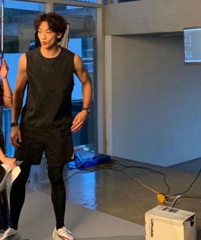 Ông xã Kim Tae Hee khiến dân tình hoang mang khi xuất hiện với gương mặt hốc hác, tiều tụy như người bệnh nặng - Ảnh 1.