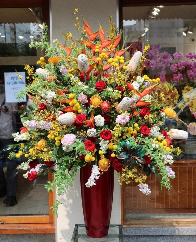 Mốt tặng hoa siêu to, siêu khổng lồ của giới mày râu - Ảnh 4.