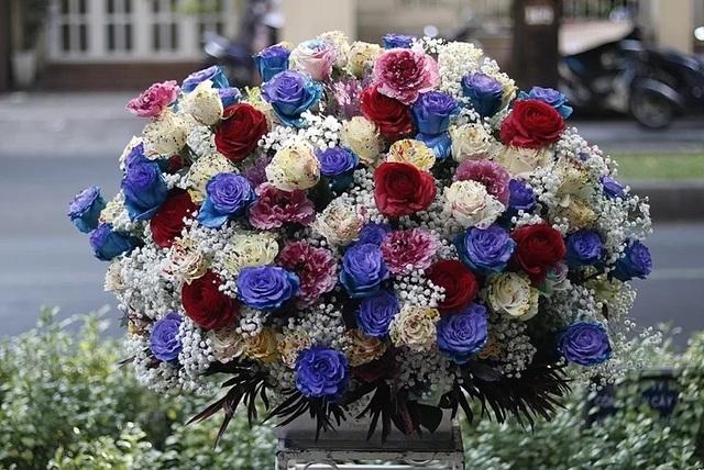 Mốt tặng hoa siêu to, siêu khổng lồ của giới mày râu - Ảnh 3.