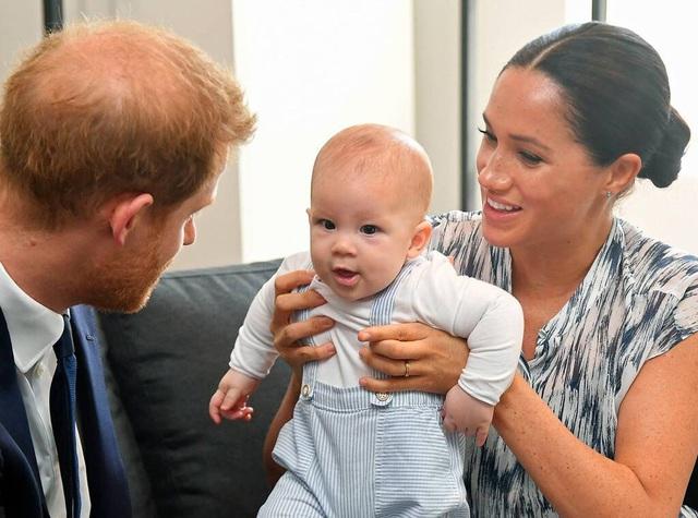 Dân mạng phẫn nộ vì vợ chồng Meghan Markle và Hoàng tử Harry không cho con trai về gặp Nữ hoàng Anh - Ảnh 2.