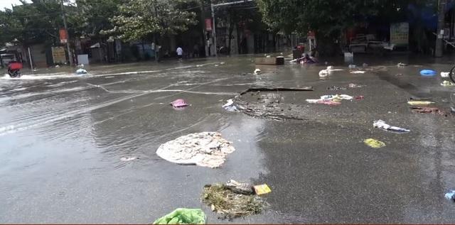 Thành phố Hà Tĩnh ngập chìm trong rác sau khi nước rút - Ảnh 2.