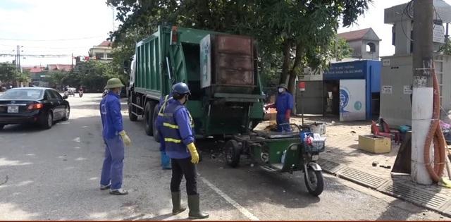 Thành phố Hà Tĩnh ngập chìm trong rác sau khi nước rút - Ảnh 3.