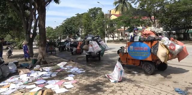 Thành phố Hà Tĩnh ngập chìm trong rác sau khi nước rút - Ảnh 4.