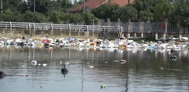 Thành phố Hà Tĩnh ngập chìm trong rác sau khi nước rút - Ảnh 6.