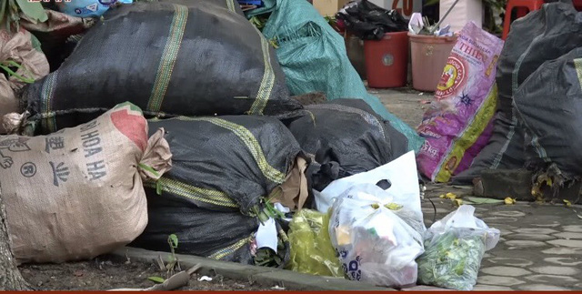 Thành phố Hà Tĩnh ngập chìm trong rác sau khi nước rút - Ảnh 7.