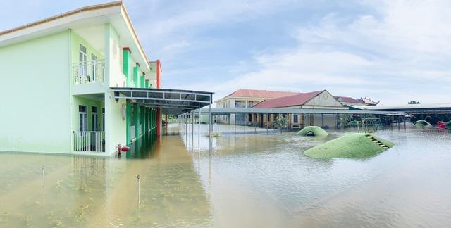 Lũ rút, giáo viên lội nước cao nửa mét vào trường mò tìm sách cho trò - Ảnh 2.