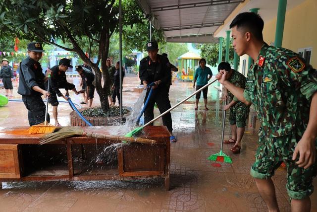 Lũ rút, giáo viên lội nước cao nửa mét vào trường mò tìm sách cho trò - Ảnh 12.
