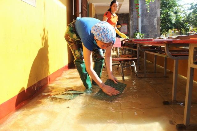 Lũ rút, giáo viên lội nước cao nửa mét vào trường mò tìm sách cho trò - Ảnh 7.