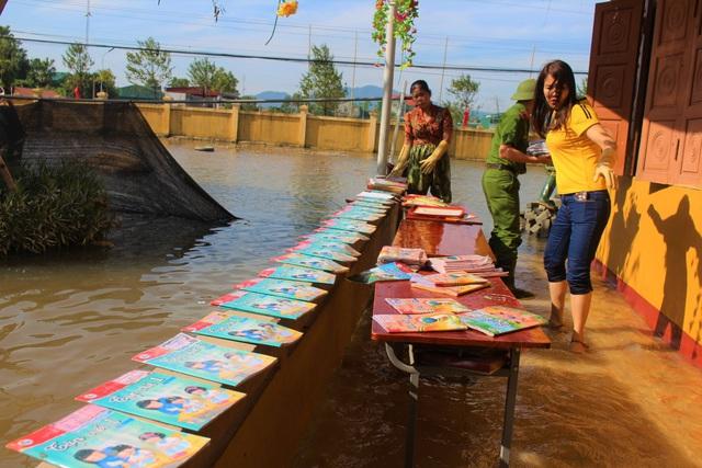 Lũ rút, giáo viên lội nước cao nửa mét vào trường mò tìm sách cho trò - Ảnh 9.