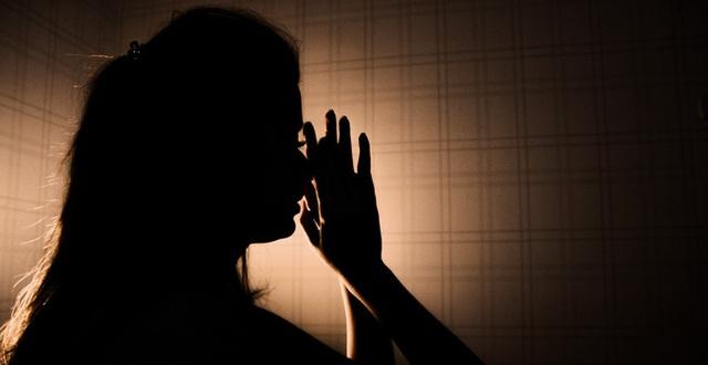 Người vợ bị ép mặc quần áo của mẹ chồng đã khuất với mùi hôi khó chịu và loạt chiêu trò hành hạ của gia đình chồng dẫn đến bi kịch đau lòng - Ảnh 1.