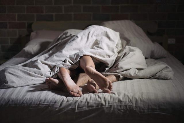 Chồng thoải mái quan hệ với nhân tình trong căn phòng trọ, không ai ngờ rằng phía dưới giường ngủ lại che giấu tội ác man rợ - Ảnh 2.