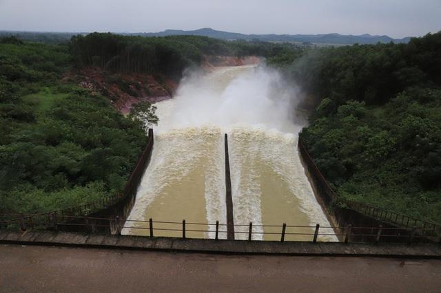 Mưa lớn, hồ thủy điện ở Hà Tĩnh đồng loạt xả lũ - Ảnh 2.