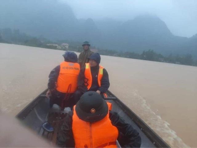 Quảng Bình: Xúc động hình ảnh cán bộ, chiến sĩ trèo đèo, lội suối ứng cứu đồng bào dân tộc Vân Kiều - Ảnh 2.