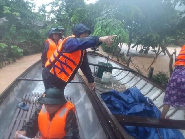 Quảng Bình: Xúc động hình ảnh cán bộ, chiến sĩ trèo đèo, lội suối ứng cứu đồng bào dân tộc Vân Kiều - Ảnh 3.