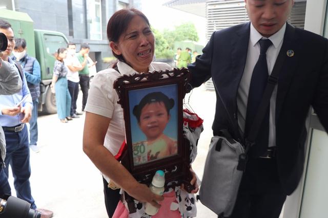 Xét xử vụ bé gái 3 tuổi bị mẹ đẻ và cha dượng bạo hành đến chết: Bà ôm di ảnh cháu, khóc nức nở tại tòa - Ảnh 2.