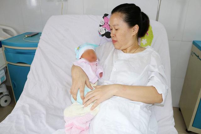 Mổ bắt con cho sản phụ bị khối u xơ ăn sâu vào tử cung - Ảnh 1.