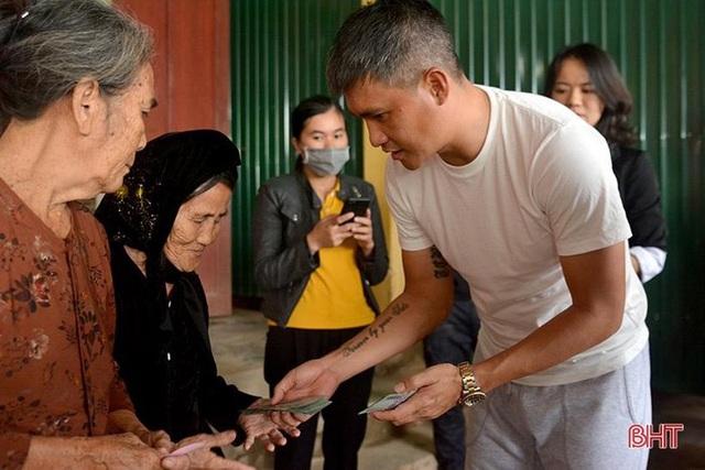 Tranh cãi số tiền 200 triệu được Thuỷ Tiên cho ông cụ trả nợ ngân hàng - Ảnh 1.