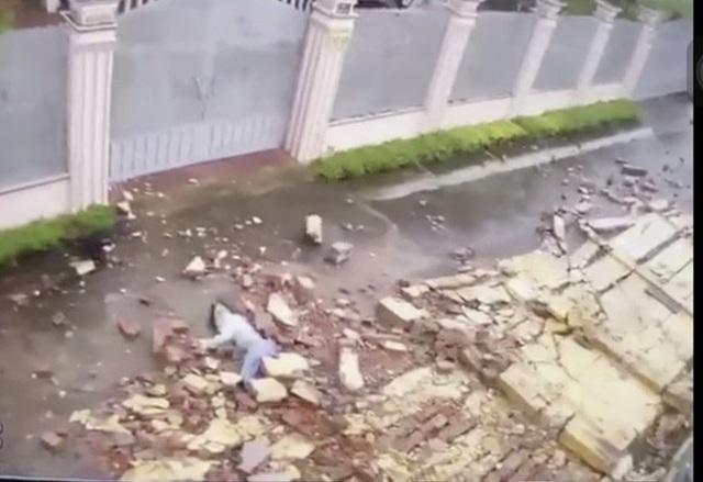 Cô gái đi bộ trong bão số 9 bị tường gạch đè gây thương tích nặng  - Ảnh 1.
