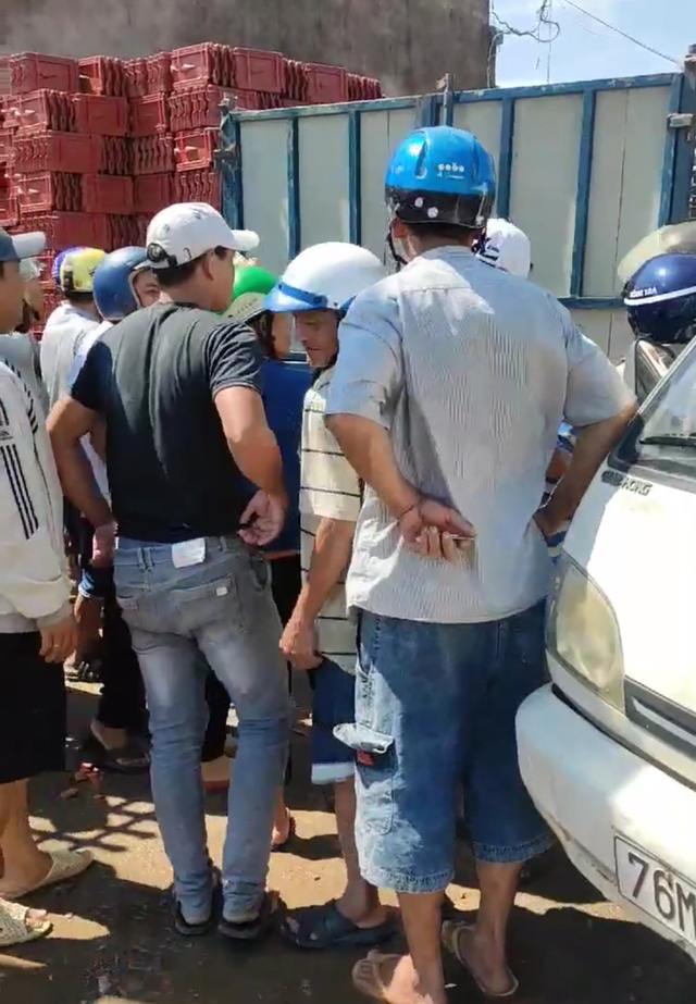 """Giá ngói lợp nhà ở Quảng Ngãi bị """"thổi"""" lên cao, xếp hàng từ sáng sớm vẫn không mua được - Ảnh 2."""