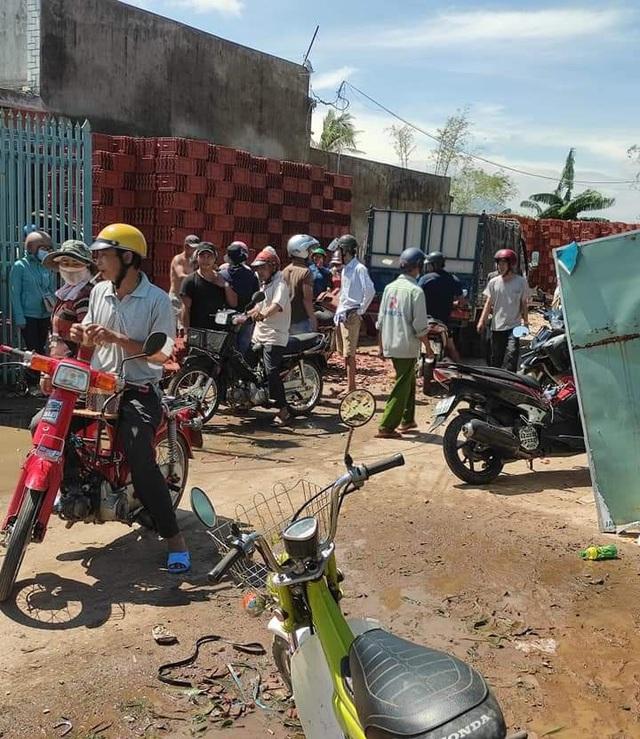 """Giá ngói lợp nhà ở Quảng Ngãi bị """"thổi"""" lên cao, xếp hàng từ sáng sớm vẫn không mua được - Ảnh 3."""