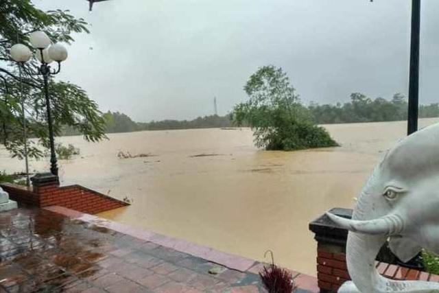 Nghệ An: Mưa lớn cộng với thủy điện xả lũ, dân chạy lụt trong đêm - Ảnh 2.